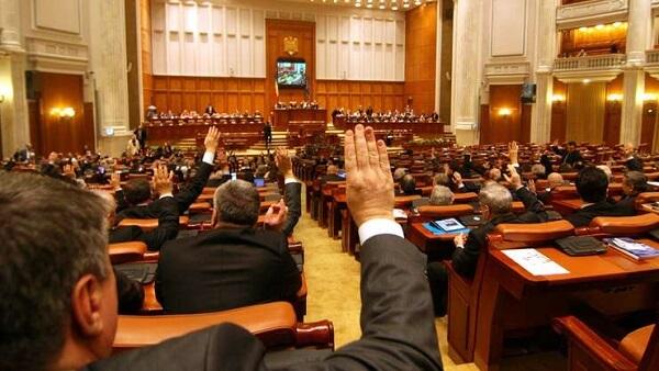 Parlamentul se întruneşte astăzi pentru învestirea noului guvern