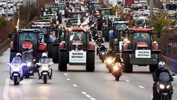 Fermierii au ieşit pe străzi, nemulţumiţi de stagnarea veniturilor şi de concurenţa neloială